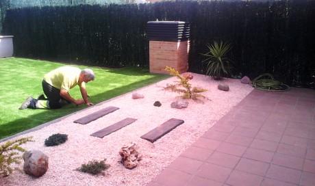 Césped artificial en jardín particular en Puente la Reina