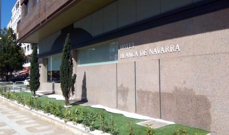 Hotel Blanca de Navarra, jardín de acceso.