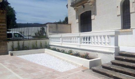 Proyecto de decoración en patio de acceso en Olza