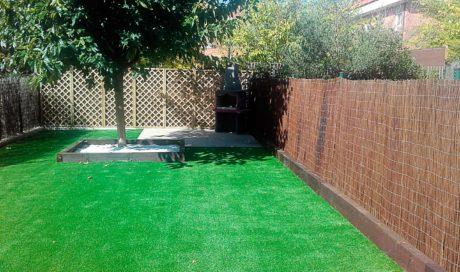 Jardín con césped artificial en Zizur Mayor