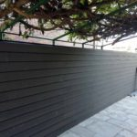 Instalación de vallado de madera tecnológica